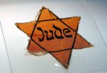 Judenstern aus der Zeit des Nationalsozialismus ausgestellt im ehemaligen Konzentrationslager Sachsenhausen. Foto IMAGO / Schöning