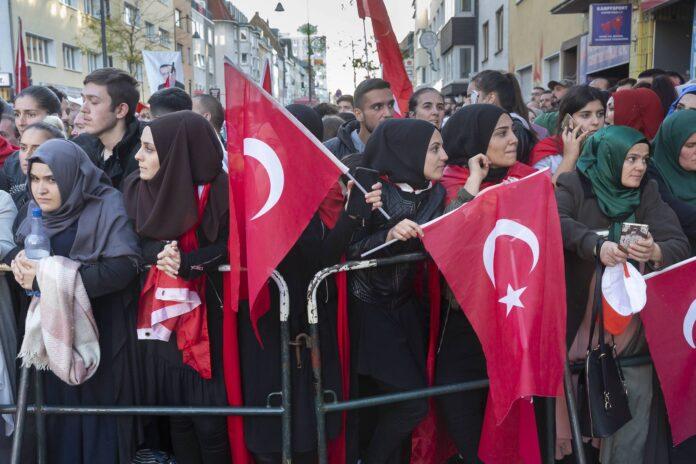 Symbolbild. Anhänger des türkischen Präsidenten Recep Tayyip Erdogan während der offiziellen Eröffnungsfeier der Ditib-Moschee in Köln 2018. Foto IMAGO / epd