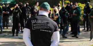 """Teilnehmer einer Kundgebung der Partei """"III. Weg"""" in Hohenschönhausen, Berlin im Oktober 2020. Foto IMAGO / Christian Spicker"""