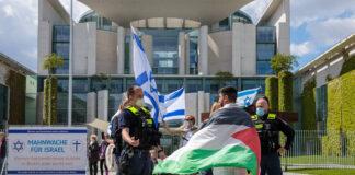 Mahnwache für Israel vor dem Bundeskanzleramt Deutschland, Berlin am 19.05.2021. Polizei spricht mit Gegendemonstrant. Foto IMAGO / Achille Abboud