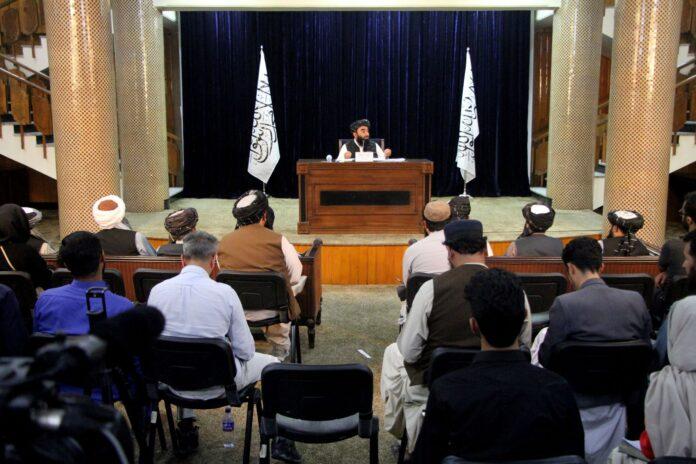 Taliban-Sprecher Zabihullah Mujahid (hinten) spricht während einer Pressekonferenz in Kabul, Afghanistan, 7. September 2021. Foto IMAGO / Xinhua