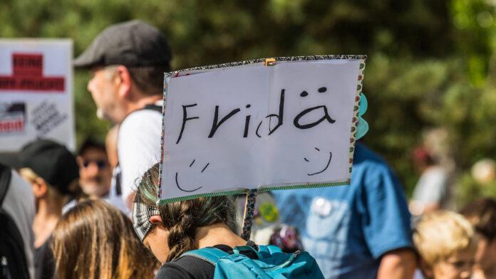 In Uster demonstrierten am 25.09.2021 rund 3000 Menschen gegen die Corona-Massnahmen. Gemäss Angaben der Zürcher Kantonspolizei verlief die Demonstration friedlich. Foto IMAGO / Andreas Haas