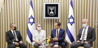 Der israelische Staatspräsident Isaac Herzog empfängt den scheidenden Leiter des Shin Bet, Nadav Argaman, und den neuen Leiter des Shin Bet, Ronen Bar. Mittwoch, 13. Oktober 2021. Foto Amos Ben Gershom / GPO.