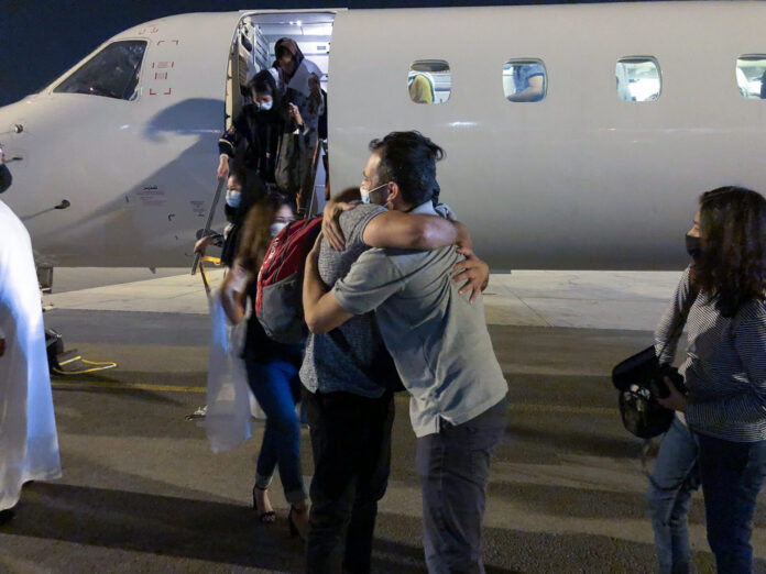 Afghanische Frauen verlassen das Flugzeug. Foto Boaz Arad/IsraAID