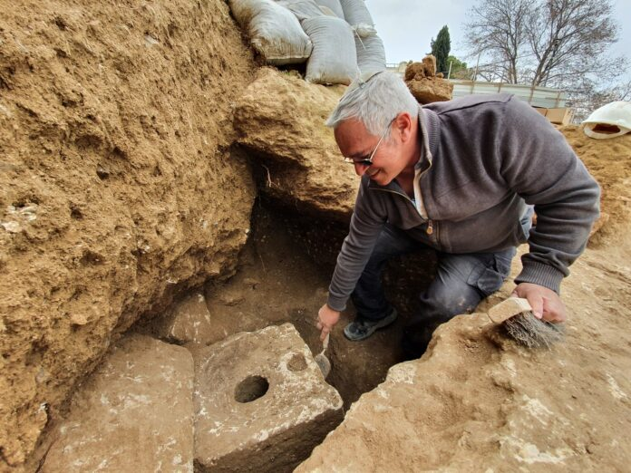 Der Archäologe der Israelischen Antikenbehörde Yaakov Billig am Fundort der Toilette. Foto Yoli Schwartz/IAA
