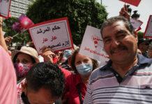 Une manifestante brandit une pancarte sur laquelle on peut lire en arabe, la gouvernance du Guide suprême des Frères musulmans est une honte, nous devons revoir la voie politique, lors d'une manifestation organisée par le parti PDL devant le théâtre municipal à l'avenue Habib Bourguiba à Tunis, Tunisie, le 19 juin 2021, pour protester contre le parti islamiste Ennahda et dénoncer les attaques menées par le parlement, le gouvernement et la présidence de la république contre les dirigeants et les membres du parti PDL. Foto IMAGO / NurPhoto