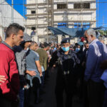 Tausende Palästinenser versammeln sich vor der Handelskammer in Deir al-Balah, einer Stadt im Zentrum des Gazastreifens, um eine Arbeitserlaubnis in Israel zu beantragen. 07.10.2021. Foto IMAGO / ZUMA Wire